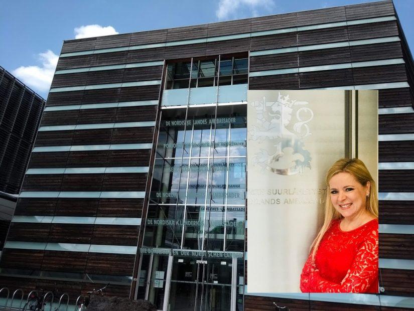 Botschaftsrätin Tanja Huutonen an ihrem Arbeitsplatz