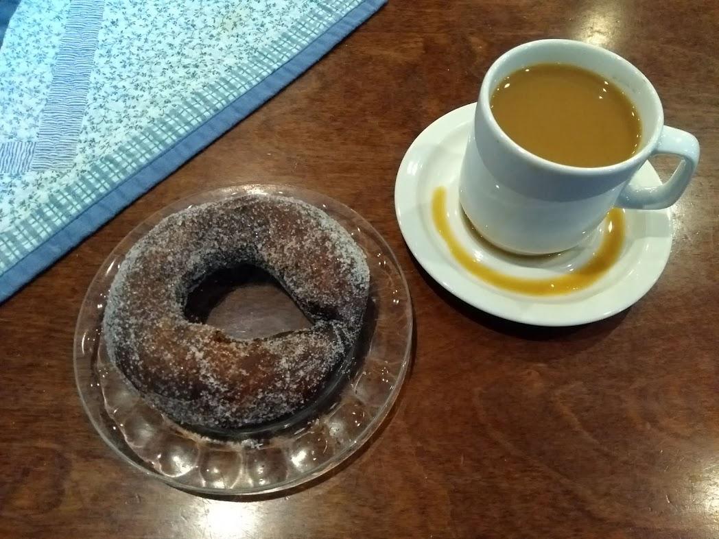 Munkki und kahvi im Klosterrestaurant Uusi Valamo