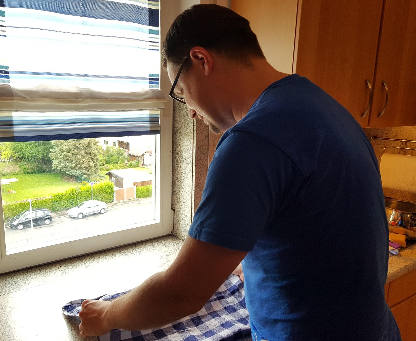 Teig wird mit einem Handtuch abgedeckt und ziehen gelassen