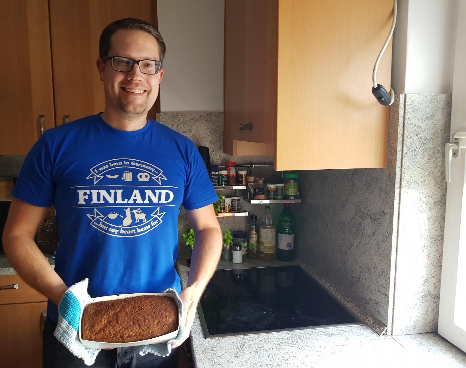 Finnisches Malzbrot aus dem Backofen geholt
