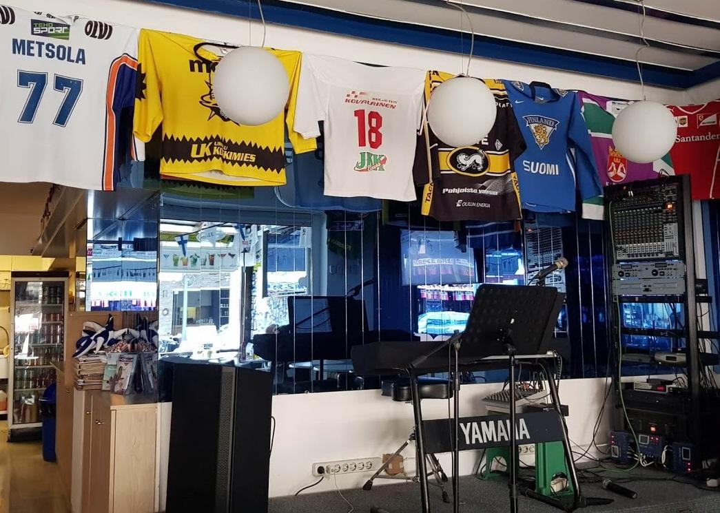 Finnische Eishockey-Trikots in Bar auf Rhodos