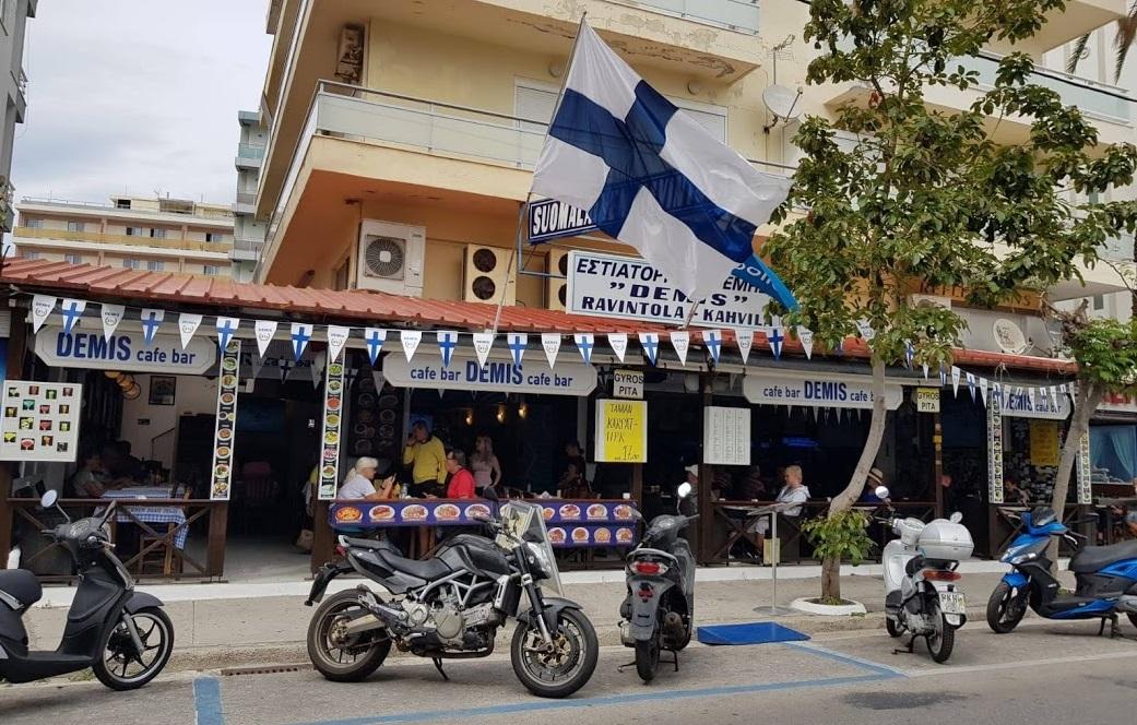 Finnische Flagge am Demis Restaurant Rhodos