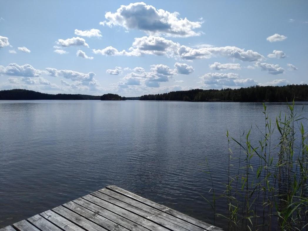 Wölkchen über finnischem See