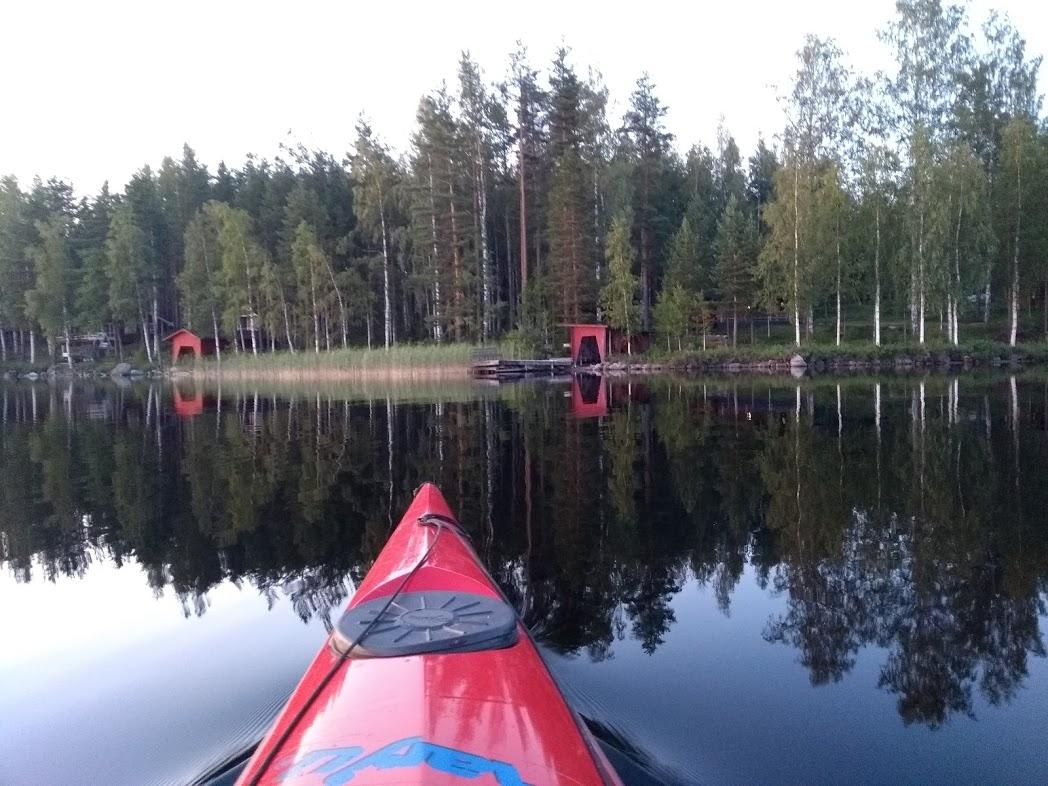 Bootshaus und spiegelglattes Wasser