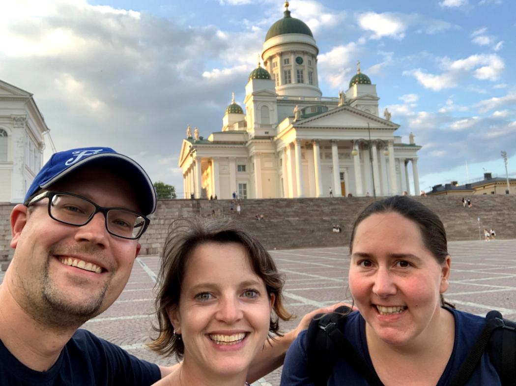 FinnTouch-Team vor dem Dom von Helsinki
