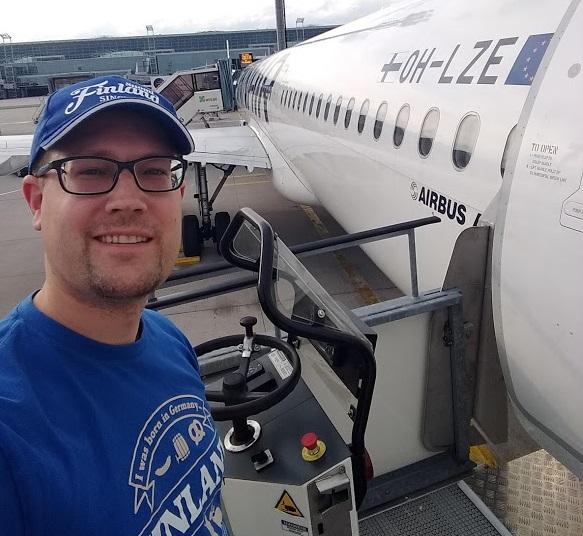 René vor Finnair-Flugzeug
