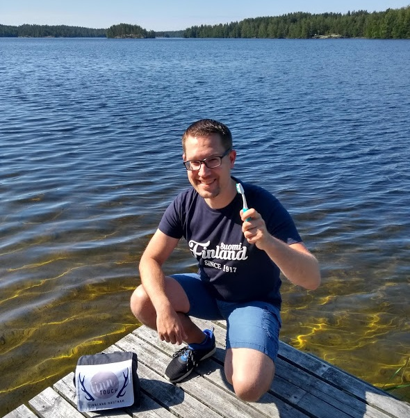 René putzt seine Zähne am See