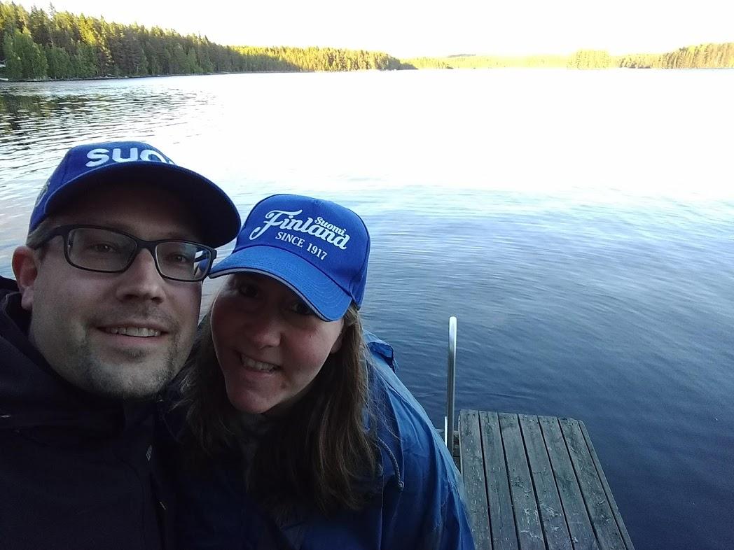 Pärchenbild auf Steg am finnischen See