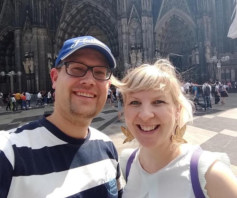 FinnTouch-René und Autorin Heidi Viherjuuri vor dem Kölner Dom