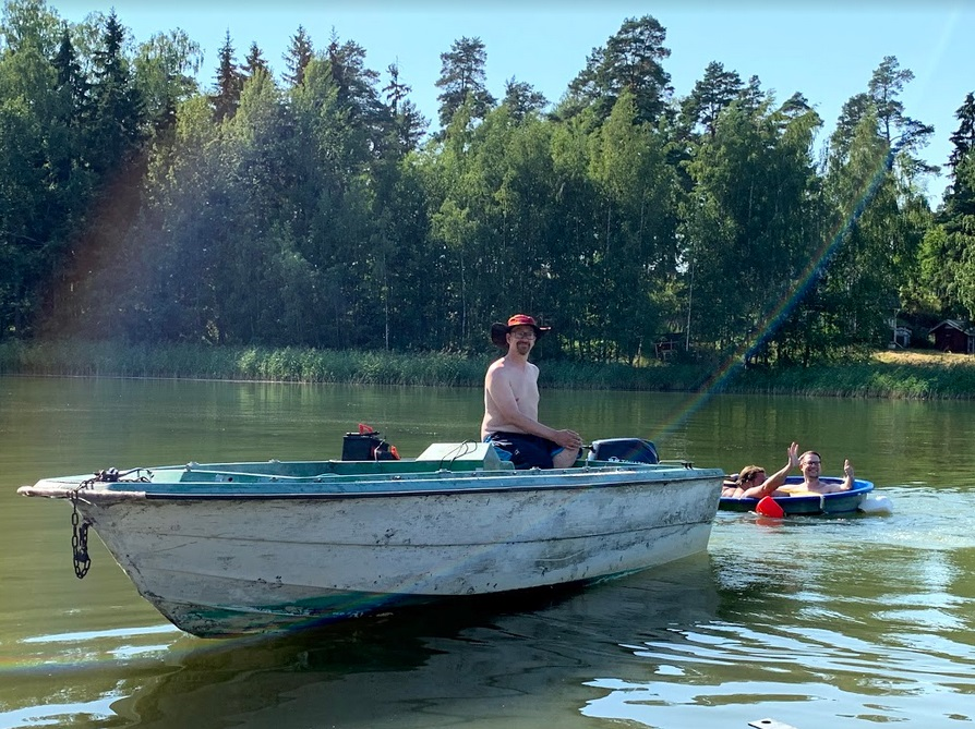 Janne Käpylehto zieht ein Badefass mit dem Boot