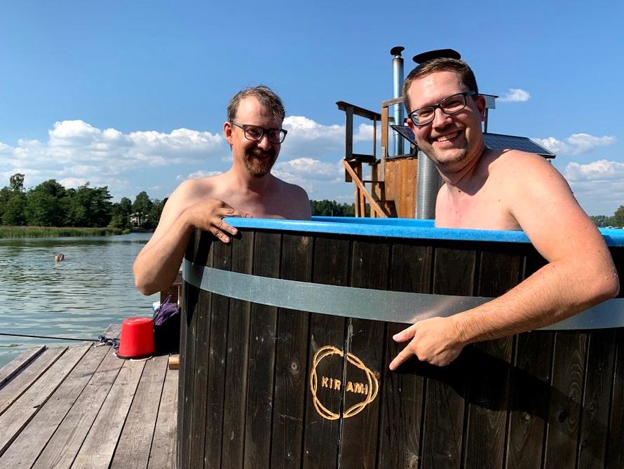 Janne Käpylehto und René von FinnTouch im Kirami-Badefass