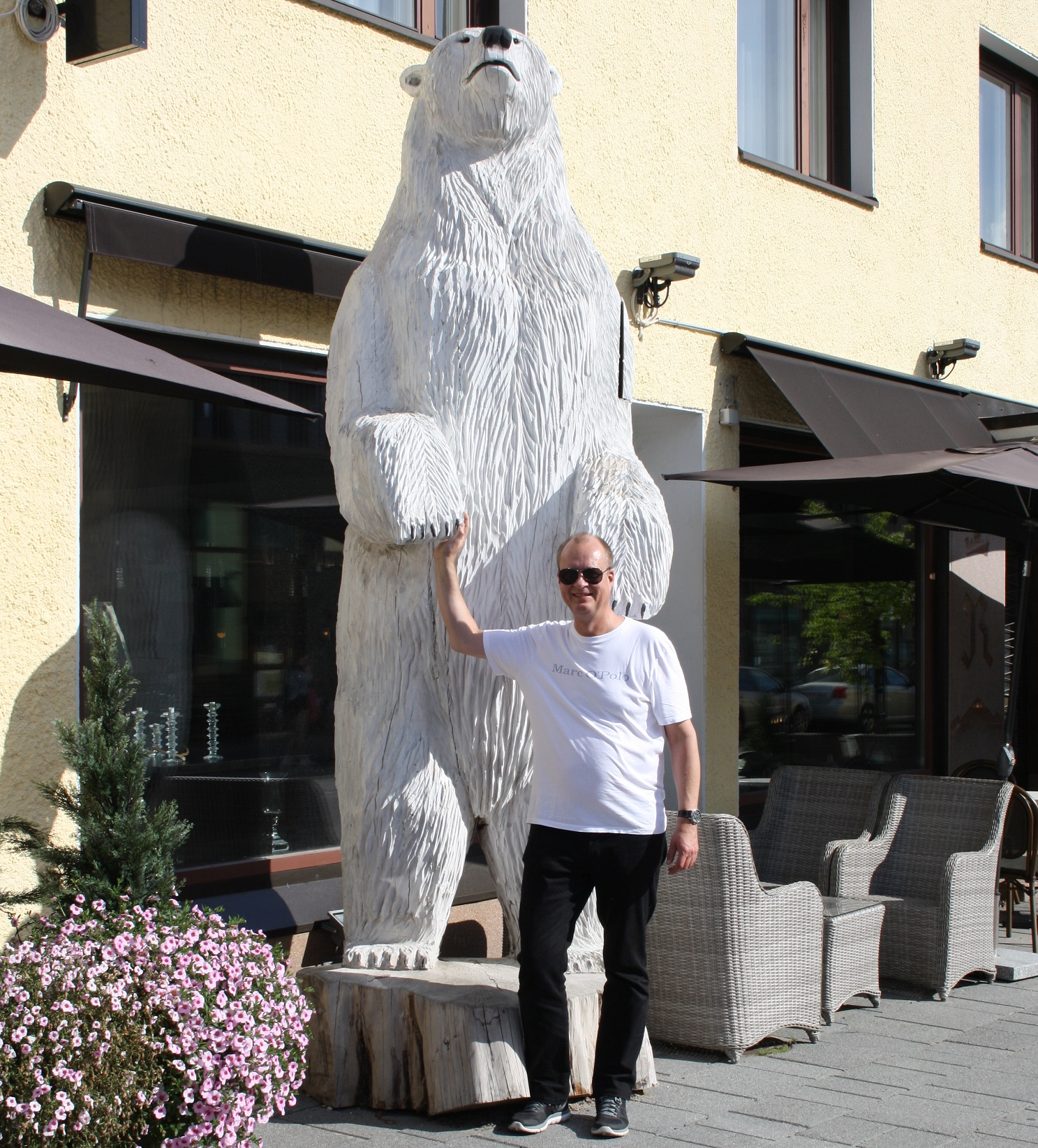 Shopbetreiber Mika mit Eisbär in Rovaniemi