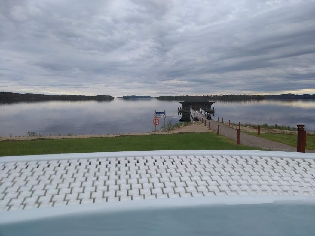 Whirlpool im Bomba Spa mit Blick auf den See Pielinen