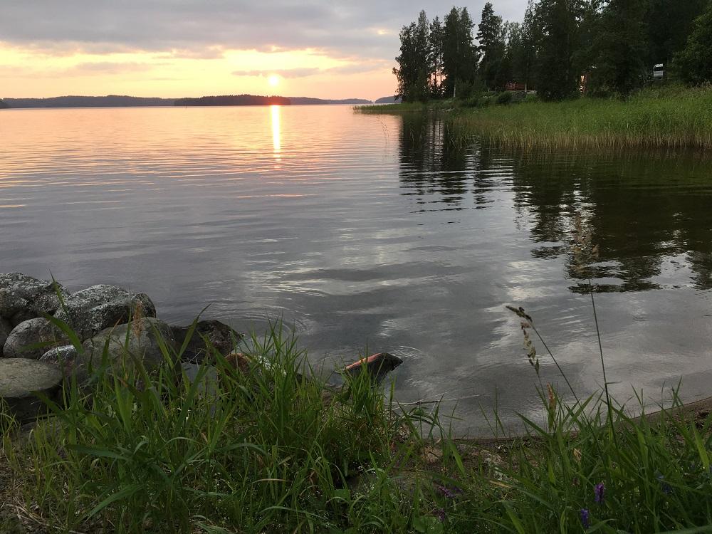 Finnischer See im Abendlicht