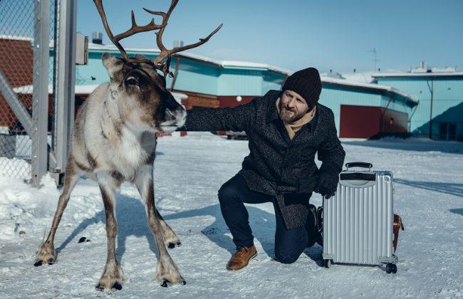 Maximilian Brückner mit Rentier in der Serie Arctic Circle
