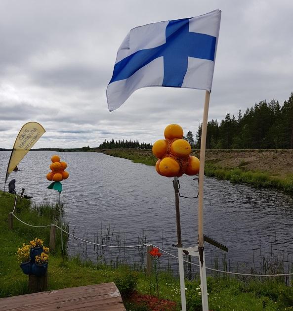 Café mit finnischer Fahne in Lappland