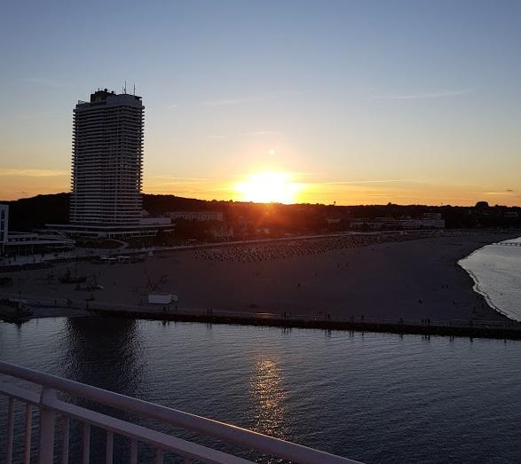 Blick von der MS Finnmaid auf den Strand von Travemünde