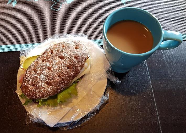Roggenbrot und Kaffee