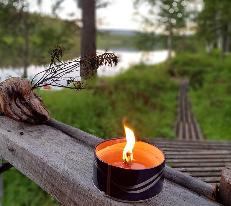 Kerze brennt am Saunamökki