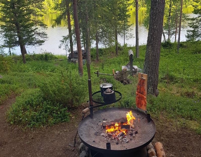 Lachs am offenen Feuer zubereitet
