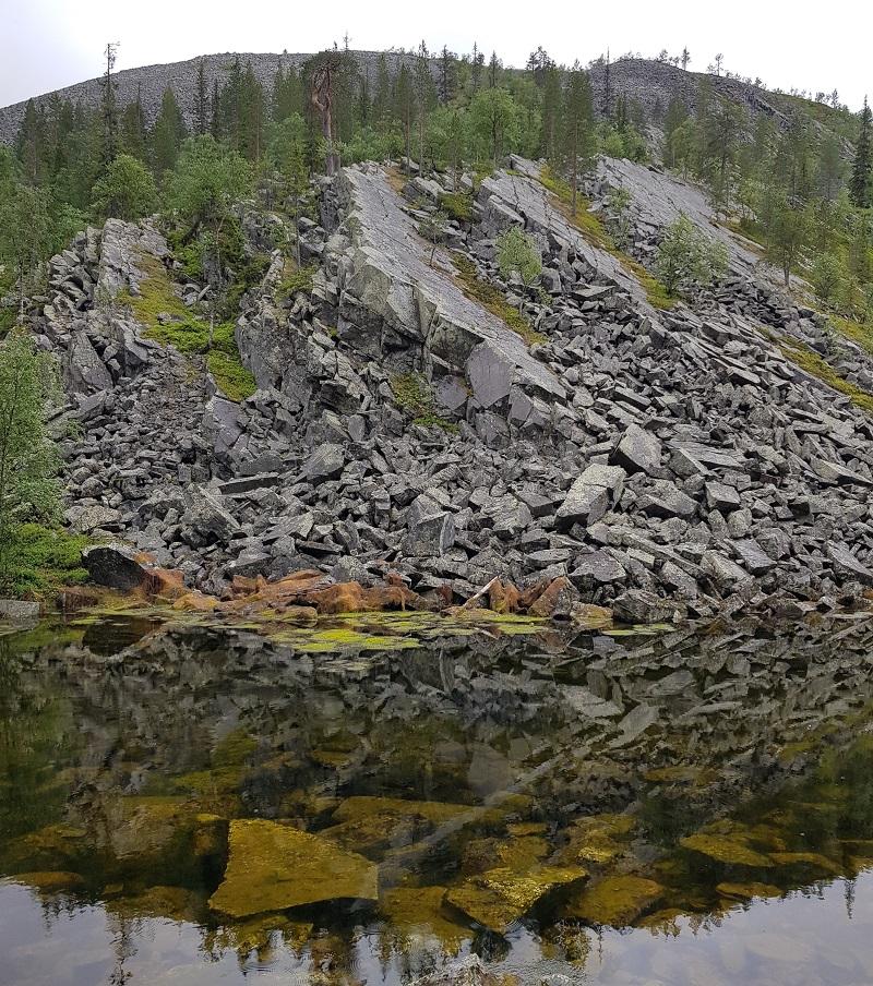 Geröll und Bergsee im Nationalpark Pyhä-Luosto