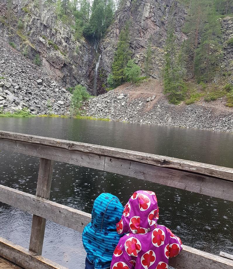 Am Wasserfall Pyhänkasteenputous im Pyhä-Luosto Nationalpark