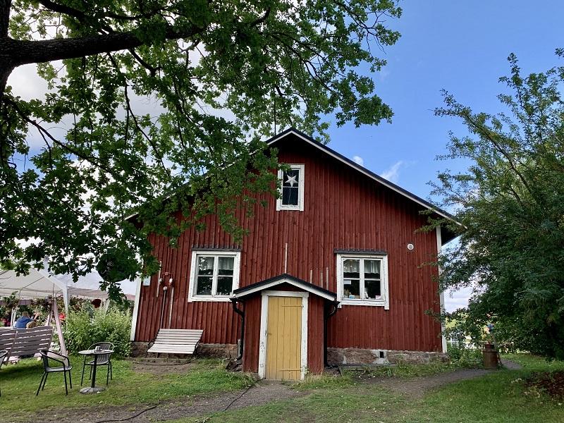 Idyllisches rotes Holzhaus in Helsinki