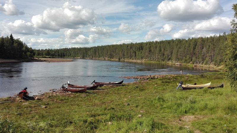 Fluss Tornionjoki in Finnisch-Lappland