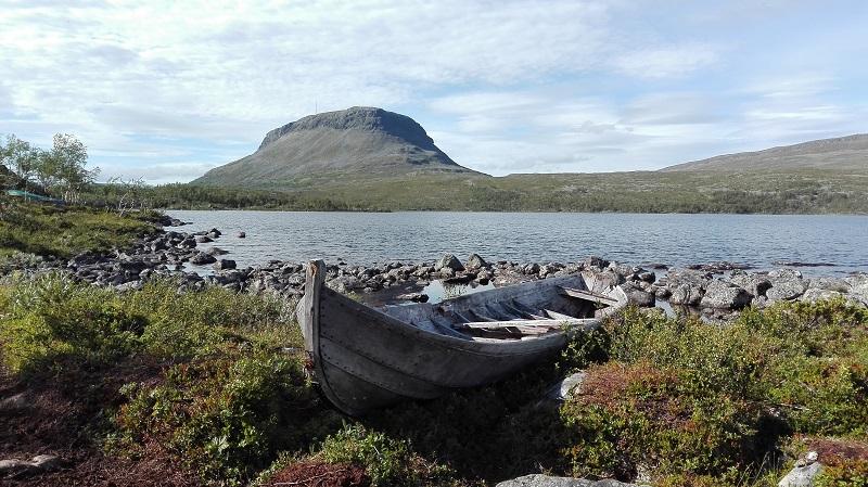 Blick über den Tshakajärvi-See auf den Saana