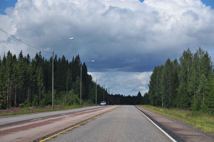 Fast leere Straße in Finnland