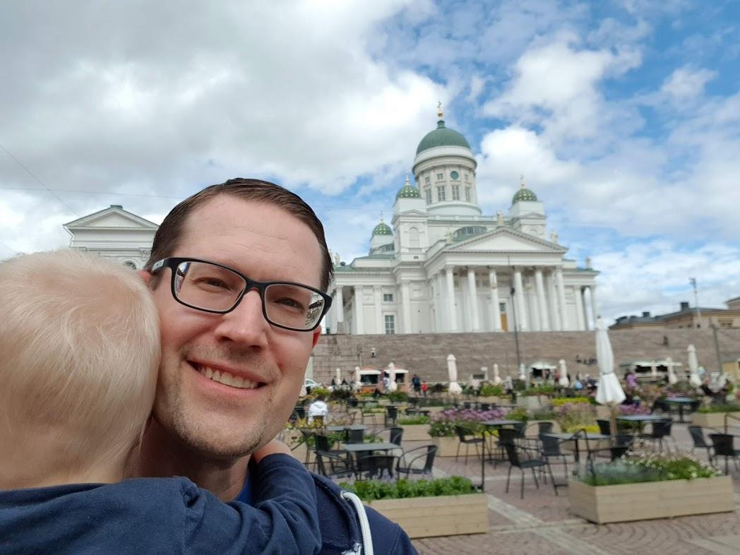 Jari und René vor dem Dom von Helsinki