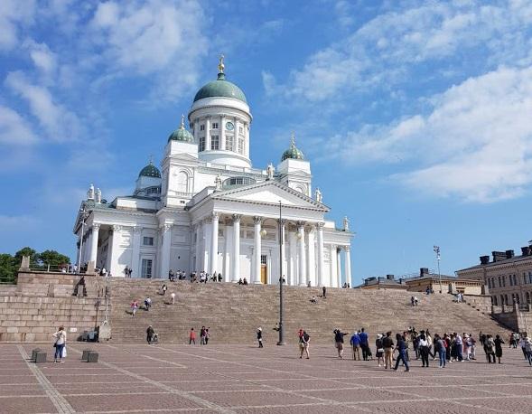Dom von Helsinki bei strahlend blauem Himmel
