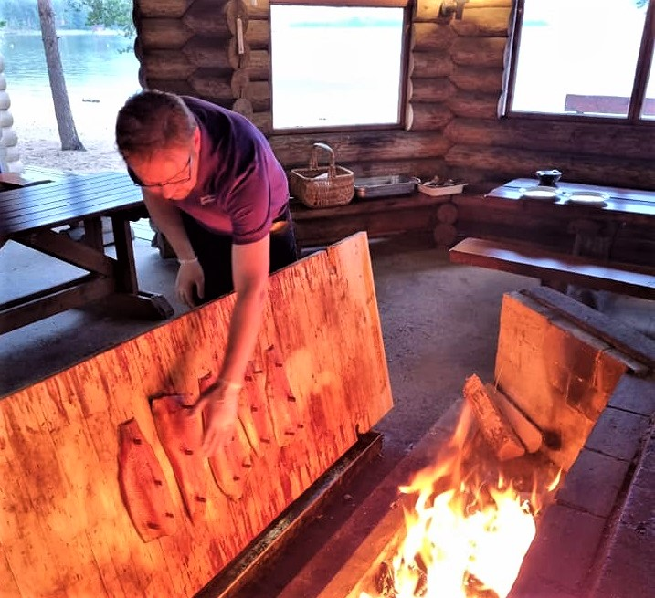 Flammlachszubereitung in Kesälahti