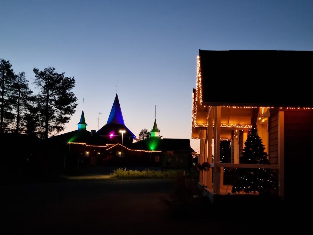Abendstimmung im Santa Claus Holiday Village Rovaniemi