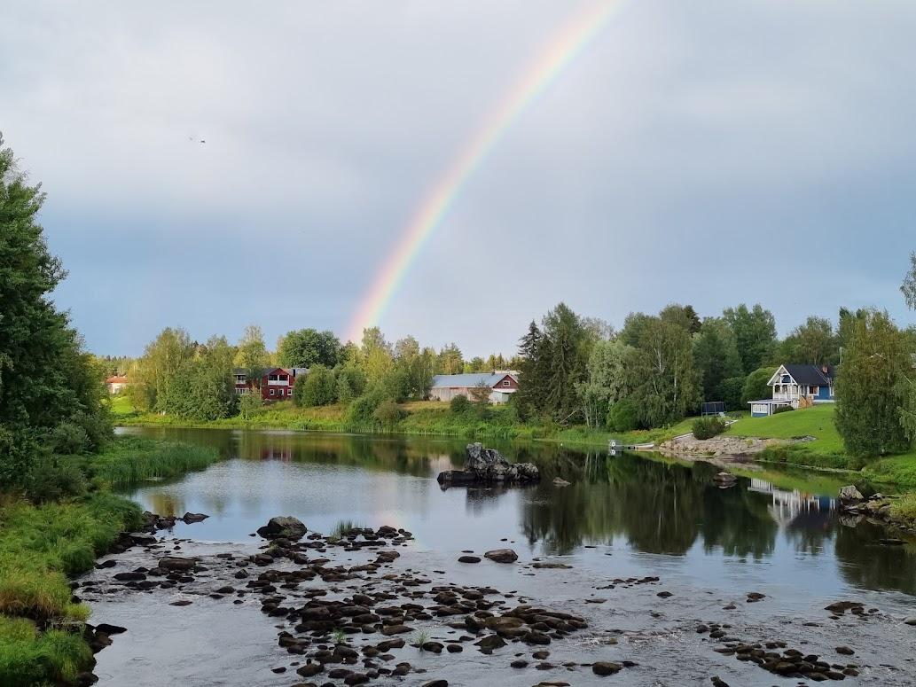 Regenbogen über dem Kyrönjoki in Ylistaro