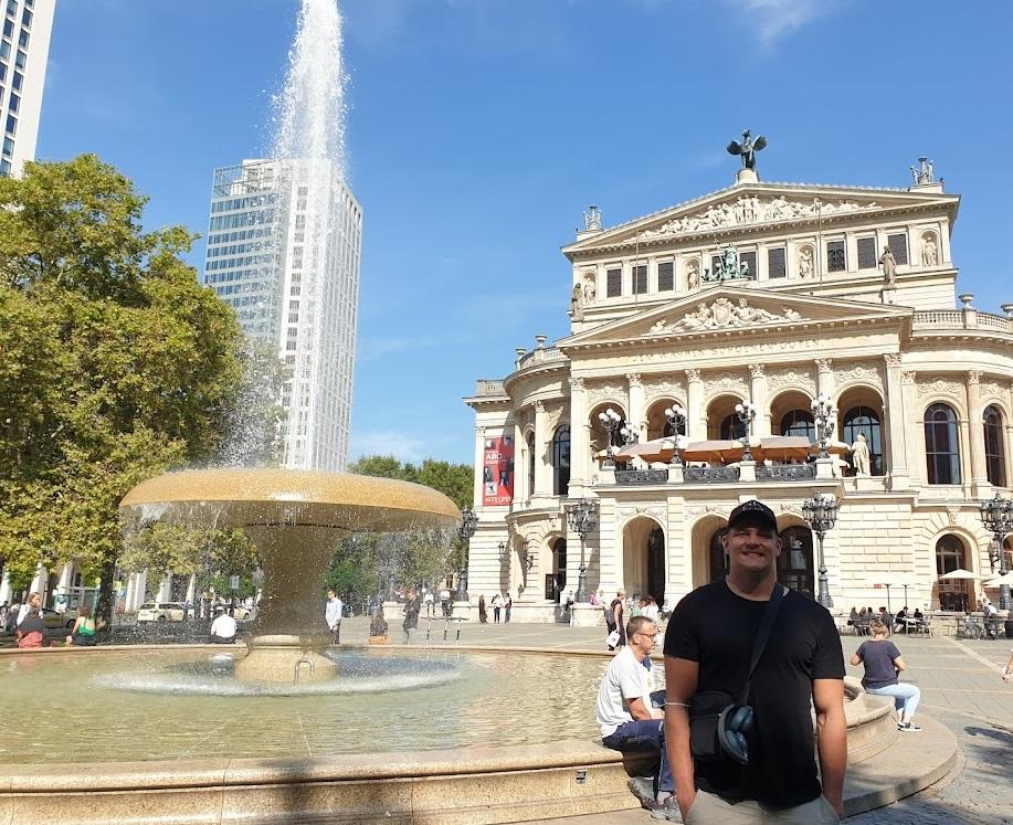 Ville Valasti vor der Alten Oper in Frankfurt am Main